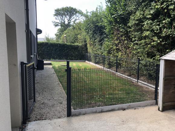 Pose de clôtures dans un jardin