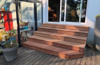 Réalisation d'un escalier en bois exotique